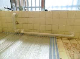 福岡県春日市F様邸水まわり・手すりリフォームの施工例。浴室に手すりを付けて安心。