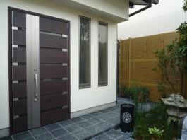福岡県春日市玄関ドアリフォーム施工例。玄関ドアリフォームのafter写真。