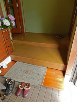 福岡県春日市F様邸内装リフォームの施工例。玄関の段差を改修。ステップ工事。