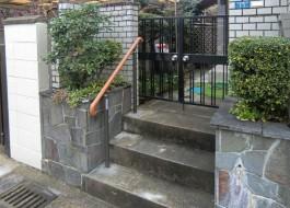 福岡県春日市N様邸バリアフリー・介護リフォーム施工例。玄関・門まわりの手すり工事。