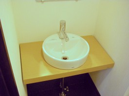 福岡県福岡市南区F店舗水まわり・トイレリフォーム施工例。洗面台や鏡もリフォーム。