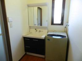 福岡県糟屋郡宇美町の洗面化粧台や洗面所のリフォーム工事。掃除しやすくデザイン。