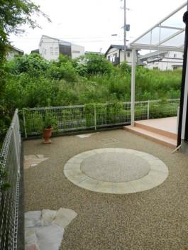 福岡県筑紫野市の外構リフォーム工事。可愛いガーデンアプローチが華やかな外構。