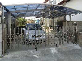 福岡県春日市のカーポート・伸縮門扉・サイドパネルの付いた車庫リフォーム工事の例。