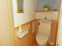 福岡県春日市のトイレリフォーム工事。おそうじしやすく清潔な洋式トイレ。インテリア空間