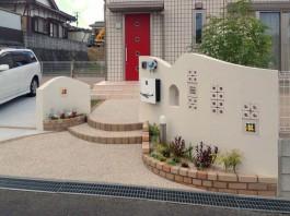 福岡県宗像市の新築外構の塗り壁にセルフクリーニング機能付の光触媒を施工した例。