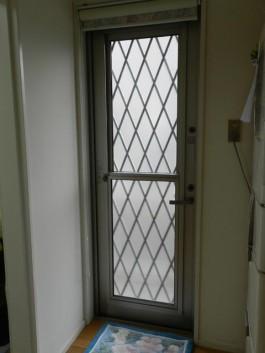 福岡県筑紫郡那珂川町の勝手口ドアリフォーム工事例前。サッシが白く室内と調和したドアへ。