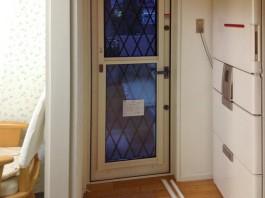 福岡県筑紫郡那珂川町の勝手口ドアリフォーム工事例。サッシが白く室内と調和したドア。