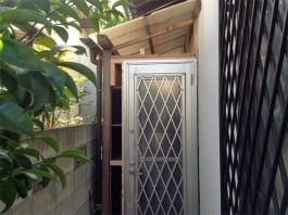 福岡県筑紫郡那珂川町の勝手口ドアリフォーム工事例。物置に勝手口ドアを再利用。