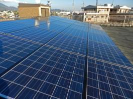 福岡県春日市のビル屋上に事業者様向けの大型太陽光発電モジュールを設置しました。