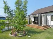 福岡県春日市の庭・ガーデンにガーデンルームと大きな木を植えた工事。家族の癒しの庭。