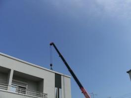 福岡県糸島市T様邸の太陽光パネル設置工事工程。太陽光パネル等の材料を荷揚げします。