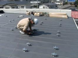 福岡県糸島市T様邸の太陽光パネル設置工事工程。太陽光パネルを支える支持金物を設置・固定します。