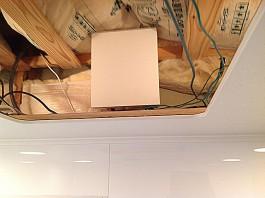福岡県糸島市T様邸の太陽光パネル設置工事工程。接続箱を設置し、太陽光パネルの配線を1つにまとめます。