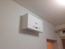 福岡県糸島市T様邸の太陽光パネル設置工事工程。パワーコンディショナー(電気を家庭で使用できるように変換する機器)を設置します。