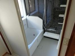 お掃除しやすく、お湯が冷めにくい浴槽へリフォーム。