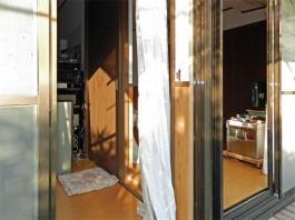 リフォーム後のお部屋を外から撮った写真です。間仕切りを作り、1部屋が2部屋になりました。