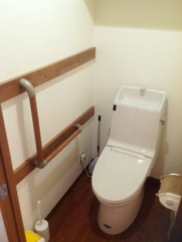 トイレを取り替え、手すりを取付け、クロスと床を張り替えました。
