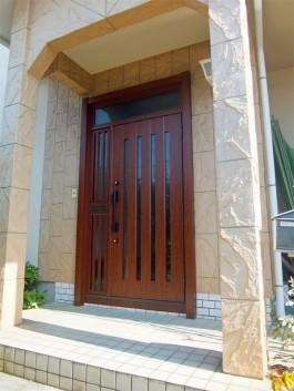 春日市M様邸の玄関ドアをリシェントⅡにリフォームしました。
